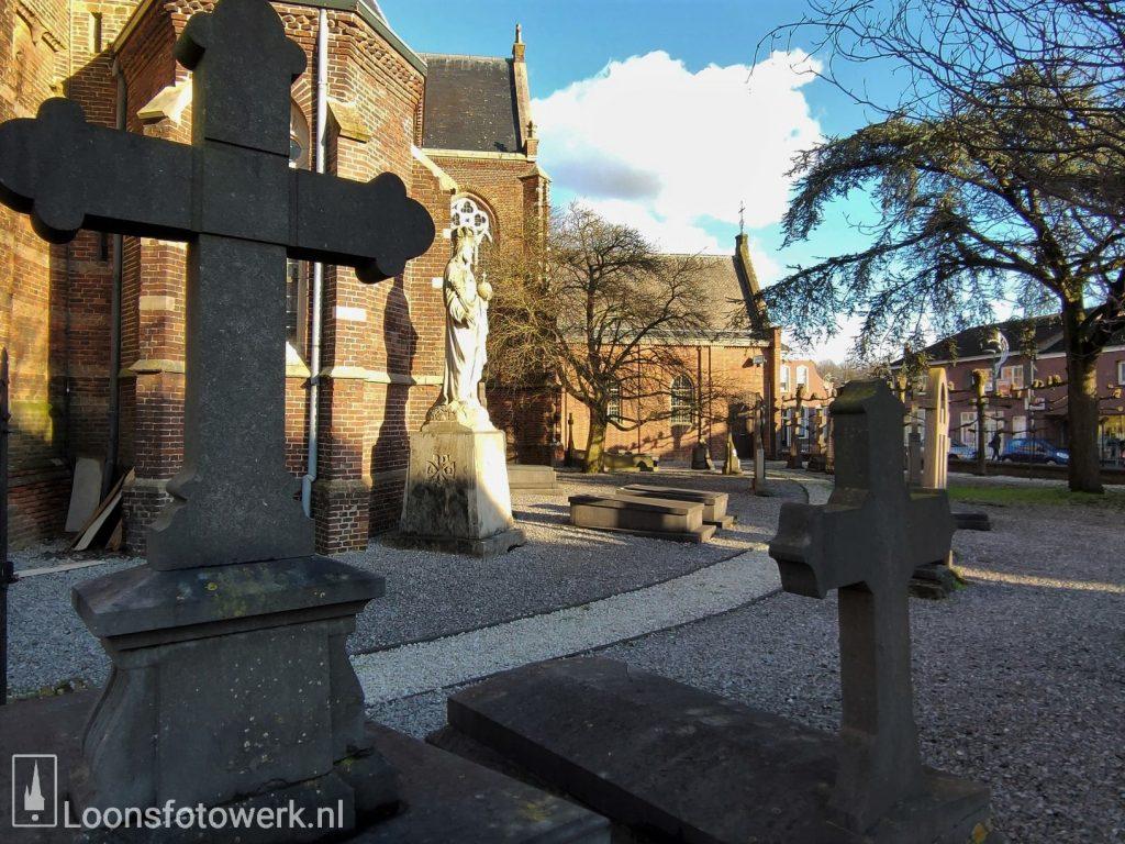 Het oude kerkhof bij de kerk